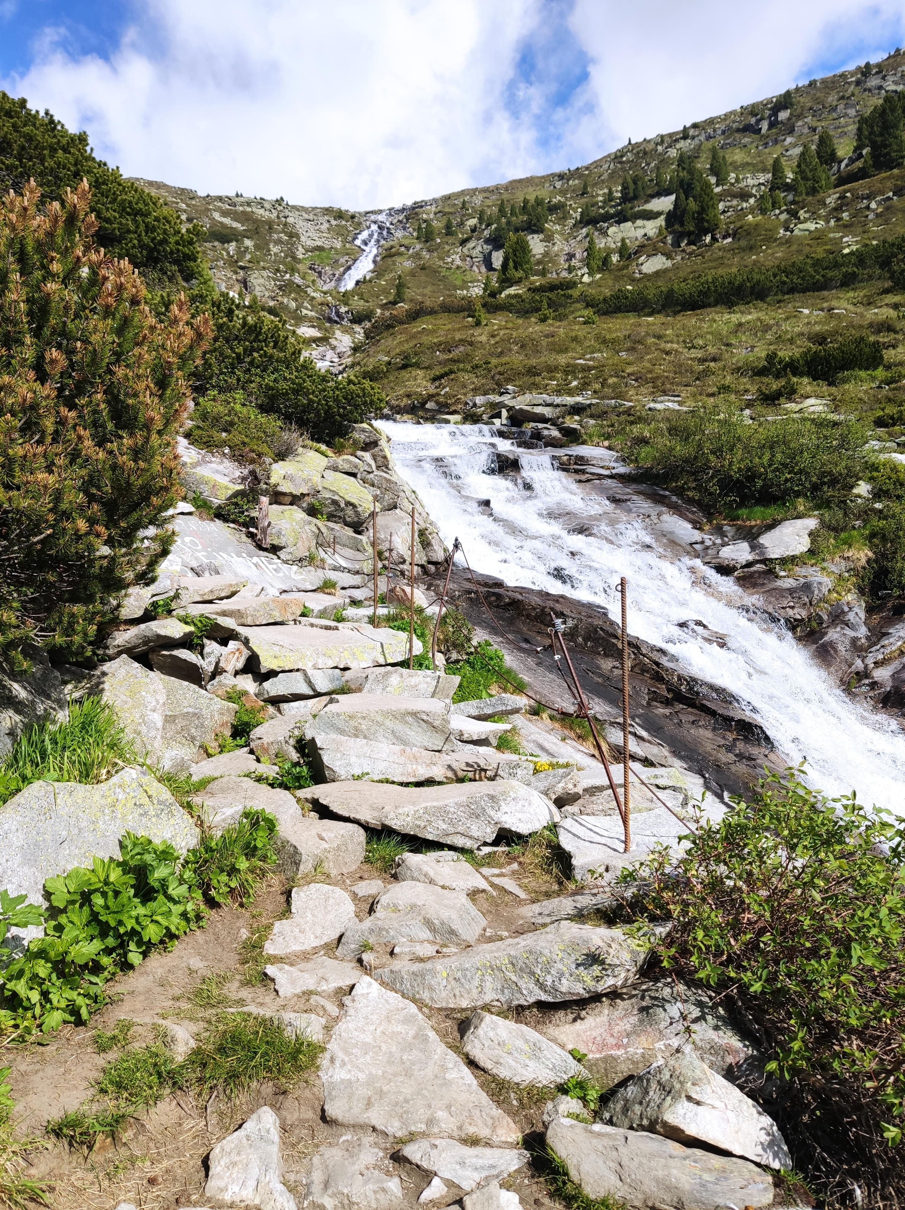 Aufstieg zur Olpererhütte, im Hintergrund ein Gletscherfluss