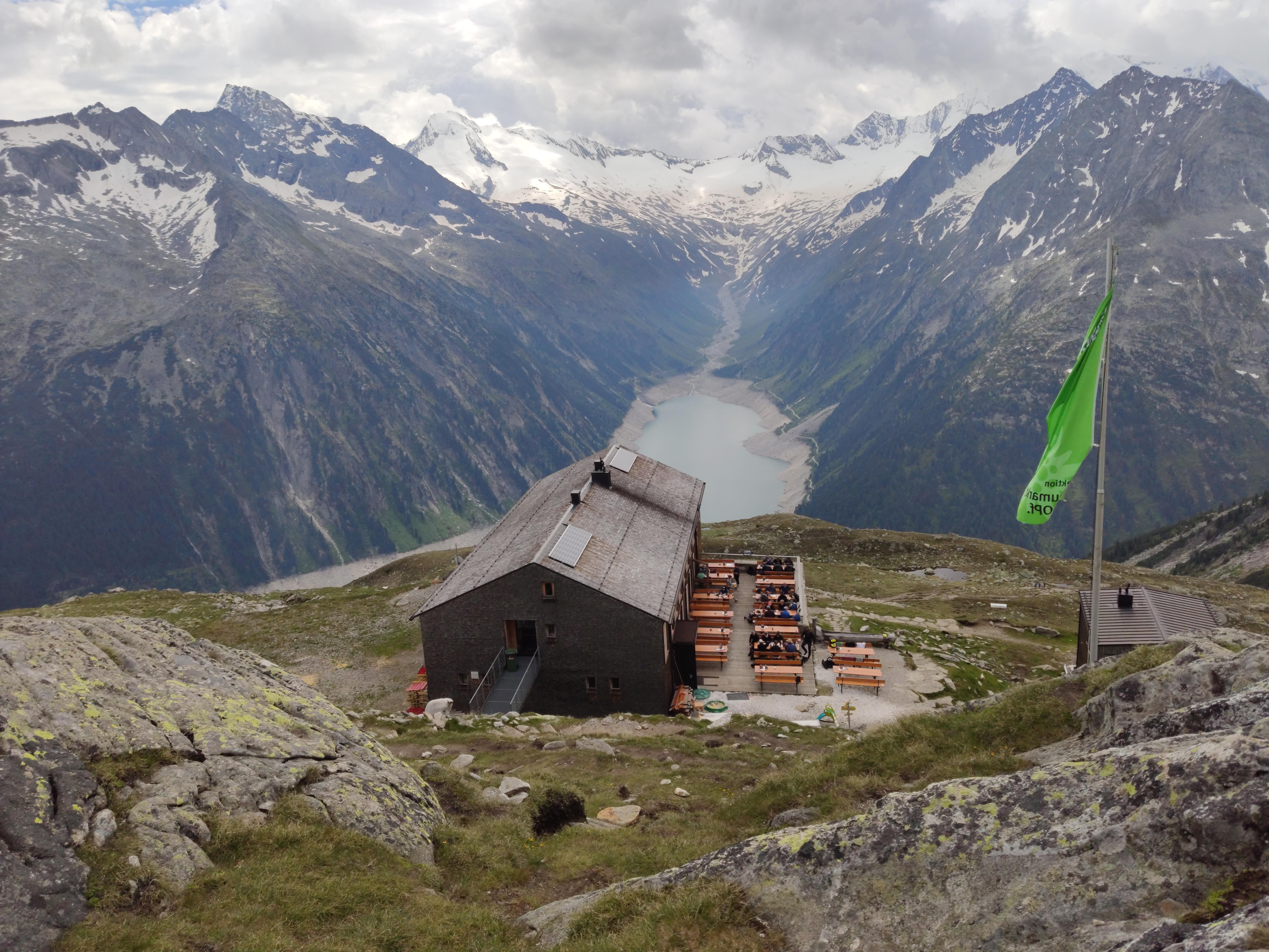 Blick auf die Blick auf die Olpererhütte, im Hintergrund der Schlegeisspeicher