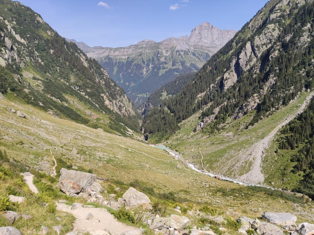 """Blick auf die Triftbahn Bergstation und den Fluss """"Triftwasser"""""""